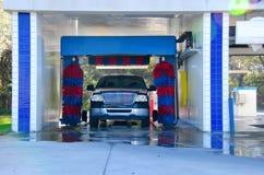 与一辆肥皂的卡车的自动化的洗车 图库摄影