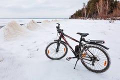 与一辆自行车的冬天风景在冻河 Ob劈裂 库存照片