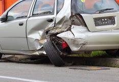 与一辆被碰撞的汽车的公路事故 免版税库存图片