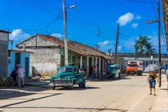与一辆绿色美国葡萄酒汽车的街道生活视图在圣克拉拉 免版税库存图片