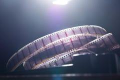 与一部电影的老影片在黑暗的背景 免版税图库摄影