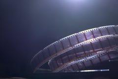 与一部电影的老影片在黑暗的背景 图库摄影