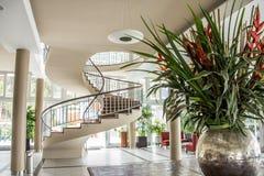与一部螺旋形楼梯的典雅的旅馆大厅 免版税库存图片