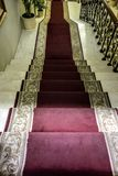 与一隆重导致的大理石楼梯 免版税图库摄影