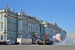与一面红旗的坦克T-90在一阵烟幕在宫殿squa的 免版税库存图片