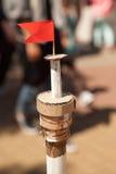 与一面红旗的纸板手工制造船帆柱在上面 库存图片