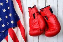 与一面美国国旗的红色拳击手套 库存图片