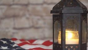 与一面美国国旗的被点燃的蜡烛,背景 股票录像