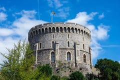 与一面被升的旗在温莎城堡,英国的圆的塔 库存照片