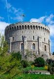 与一面被升的旗在温莎城堡,英国的圆的塔 免版税库存图片