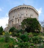与一面被升的旗的圆的塔在温莎城堡 免版税库存图片