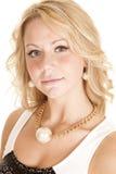 与一颗大珍珠的妇女项链 图库摄影
