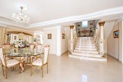 与一饭厅的豪华内部和大理石地板和sta 库存照片