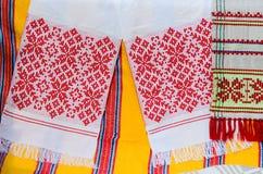 与一件传统装饰品的白俄罗斯毛巾 免版税库存照片