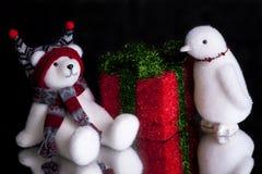 与一头北极熊和企鹅的圣诞节礼物 免版税库存图片