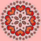 与一件圆装饰品的桃红色背景与心脏和珍珠 免版税库存照片