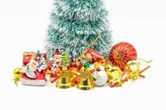与一件红色和金黄装饰品,红色礼物bo的圣诞节背景 免版税图库摄影