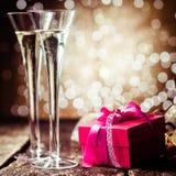 与一件红色礼物的浪漫香槟 免版税库存图片