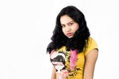 与一件黄色T恤杉的美好的印地安女性模型 免版税图库摄影