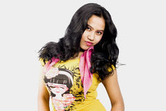 与一件黄色T恤杉的美好的印地安女性模型 免版税库存图片