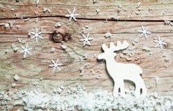 与一头驯鹿的圣诞节背景在雪 库存图片