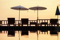 与一vieTerrace的大阳台有在海的一个在海和日落的看法和sunsetw 库存图片