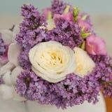 与丁香和玫瑰的花构成 免版税图库摄影