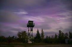 与七星和极光的偏僻的手表塔 免版税库存照片