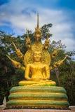 与七Phaya纳卡语的美丽的金黄菩萨雕象朝向得下 图库摄影