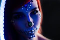 与万圣夜头骨构成与闪烁和假钻石的时装模特儿与创造性的颜色闪电 库存图片