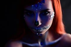 与万圣夜头骨构成与闪烁和假钻石的时装模特儿与创造性的颜色闪电 库存照片