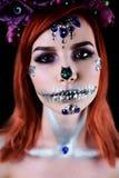 与万圣夜头骨构成的时装模特儿与闪烁和假钻石 免版税库存图片