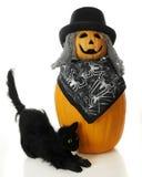 与万圣节猫的丑恶的南瓜 免版税库存照片