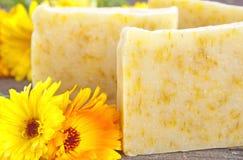 与万寿菊的自创肥皂 免版税库存照片