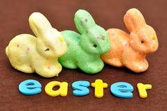 与三个兔宝宝的词复活节 免版税库存图片
