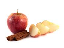 与三个切片的被隔绝的湿红色苹果 免版税库存图片
