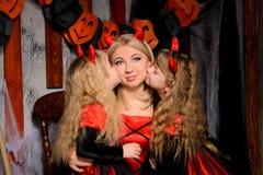 与三个可爱的巫婆的万圣夜场面 免版税图库摄影