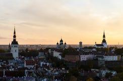 与三个基督教会的都市风景 库存图片