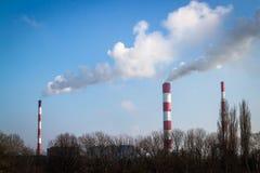 与三个烟囱大气污染的发电站 库存照片