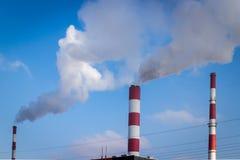 与三个烟囱大气污染的发电站 图库摄影