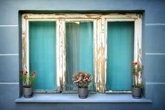 与三个花盆的老被用完的窗口 库存照片