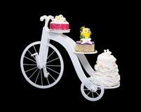 与三个蛋糕的独特的自行车蛋糕立场 免版税图库摄影