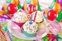 与三个蜡烛的生日杯形蛋糕 免版税库存图片
