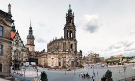 与三位一体(Katholische Hofkirche)的大教堂的正方形在德累斯顿 免版税库存图片