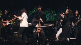 与三位小提琴手的凉快的摇滚乐队前景的 股票视频