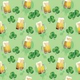与三叶草和啤酒杯叶子的无缝的纹理  免版税库存照片