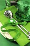 与三叶草和妖精帽子关闭的愉快的St Patricks天桌设置 库存图片