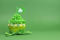 与三叶草旗子的愉快的St Patricks天绿色杯形蛋糕 免版税库存照片