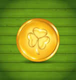 与三叶草的金黄硬币在圣帕特里克的绿色木纹理 库存例证