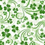 与三叶草的St. Patricks日无缝的背景 库存例证